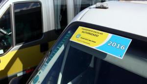 Adesivo no pára brisa dos veículos identifica as vans legalizadas para o transporte