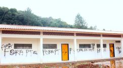 A obra da nova escola de Rio Tuna, que está em fase de conclusão, amanheceu esta sexta toda pichada com frases de cunho político