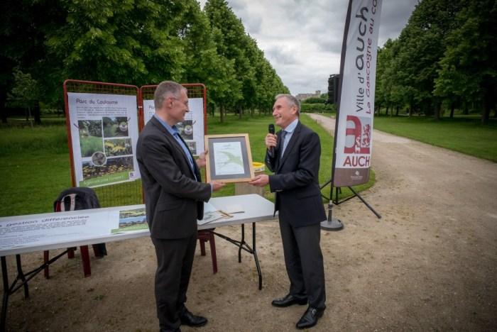 William Vidal, Pdg d'Ecocert remet à Franck Montaugé le certificat de labellisation EVE. ©franckmontauge.fr