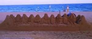 Una rappresentazione della Santa Cena in spiaggia.