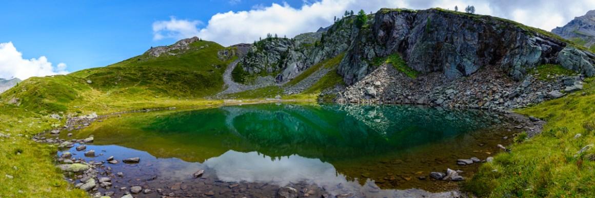 Petit lac situé à 2070 m, sous le col d'Emanay. Valais Suisse.