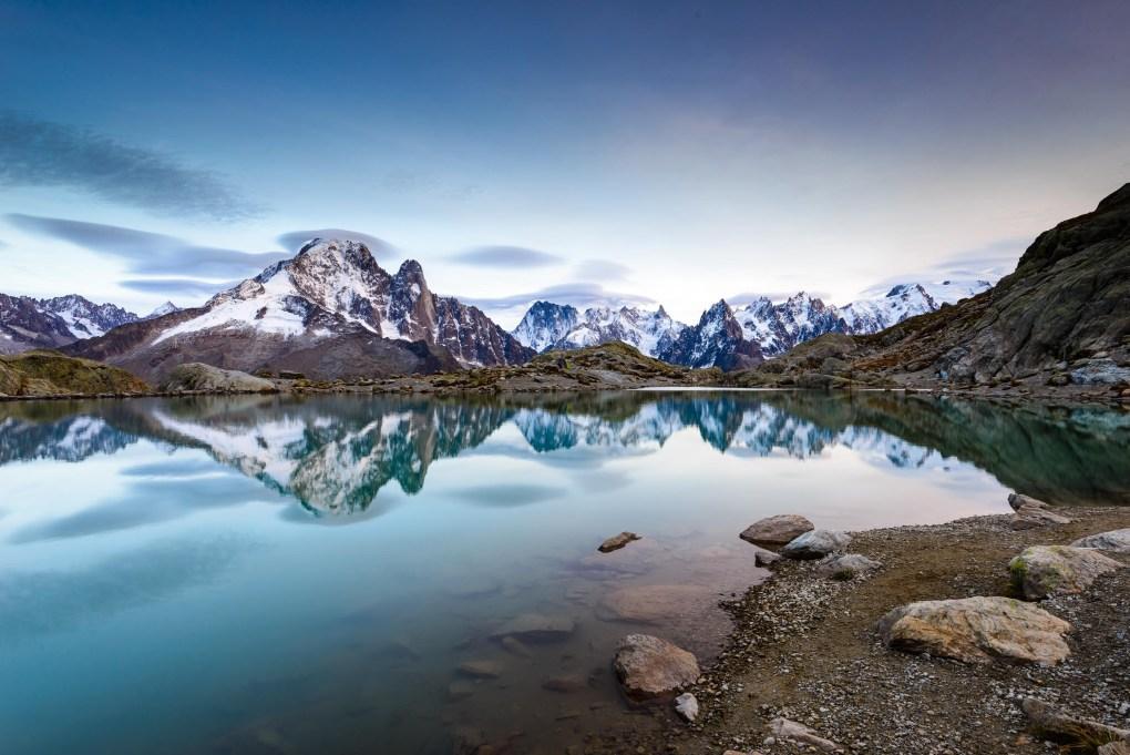 Les sommets mythiques de Chamonix se reflètent dans le Lac Blanc.