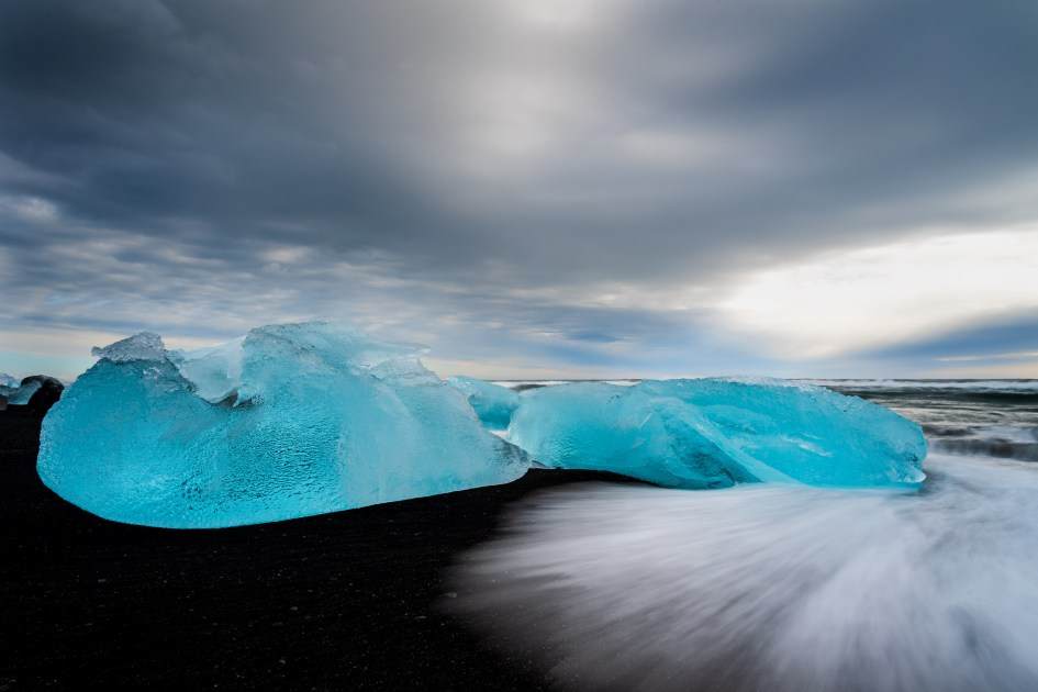 Icebergs et sable noir sur Diamond Beach