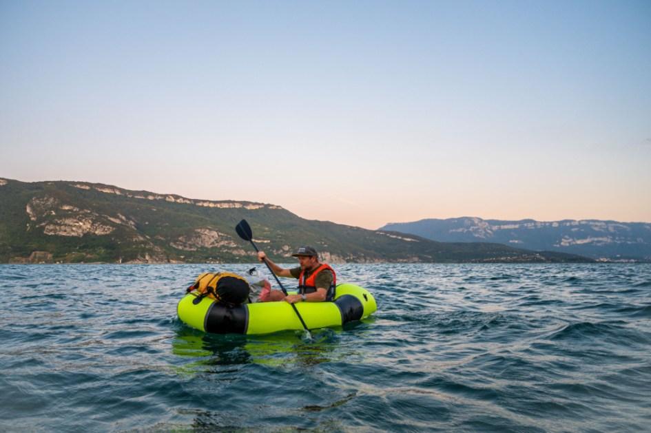 Bruno Berthet en packraft sur le lac du Bourget