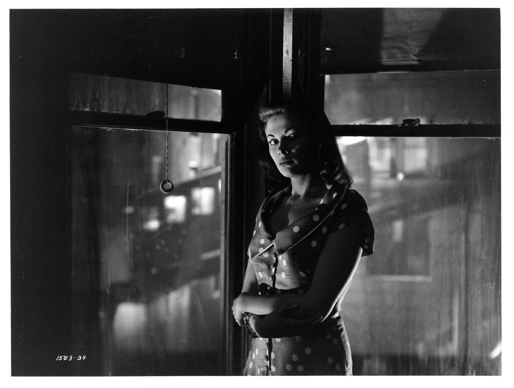 Yvonne DeCarlo as Anna in Criss Cross