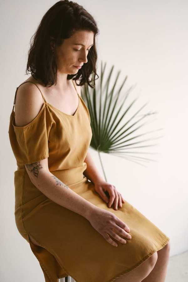 Schulterfreies Tencel Kleid in mustard für Frauen