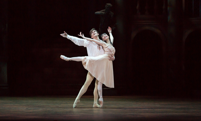 Joseph Caley as Romeo and Momoko Hirata as Juliet. Image Credit: Andrew Ross
