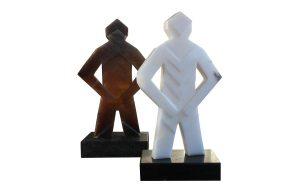sculptuur van wit en bruin albast
