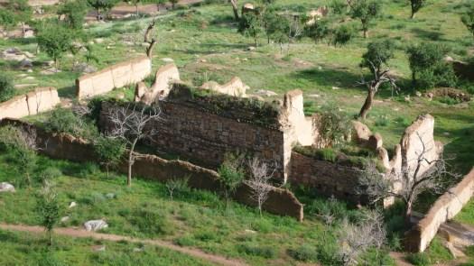 Foto 5: De ruïne van het klooster aan de voet van de rotsberg. Foto van 20 juli.
