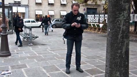 Fotograaf zoekt de juiste metro op de iPhone