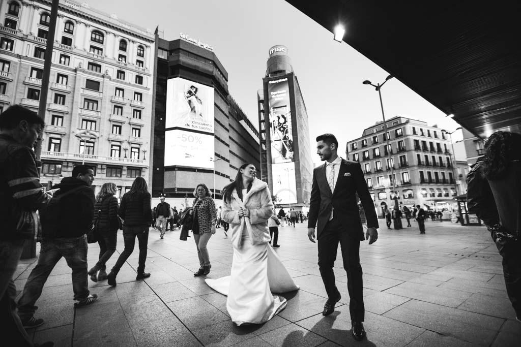 Postboda en Madrid paseando por la plaza de Callao