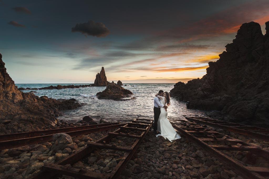 fotos de boda en la playa junto a las vías que nos lleva la vida