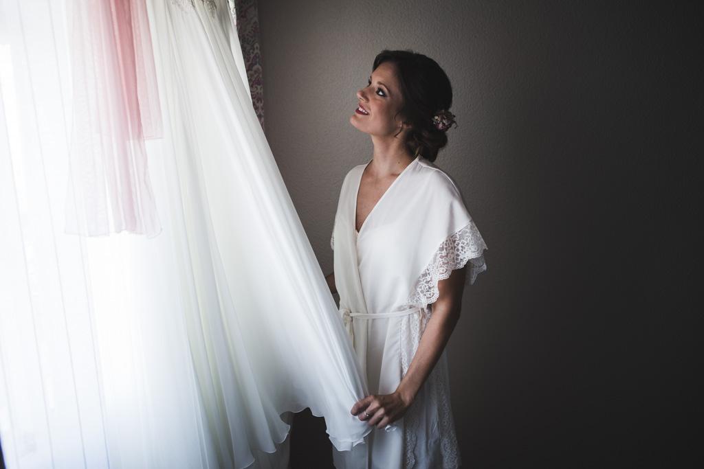 Boda Alcazar y La Bodega, la novia observando su traje