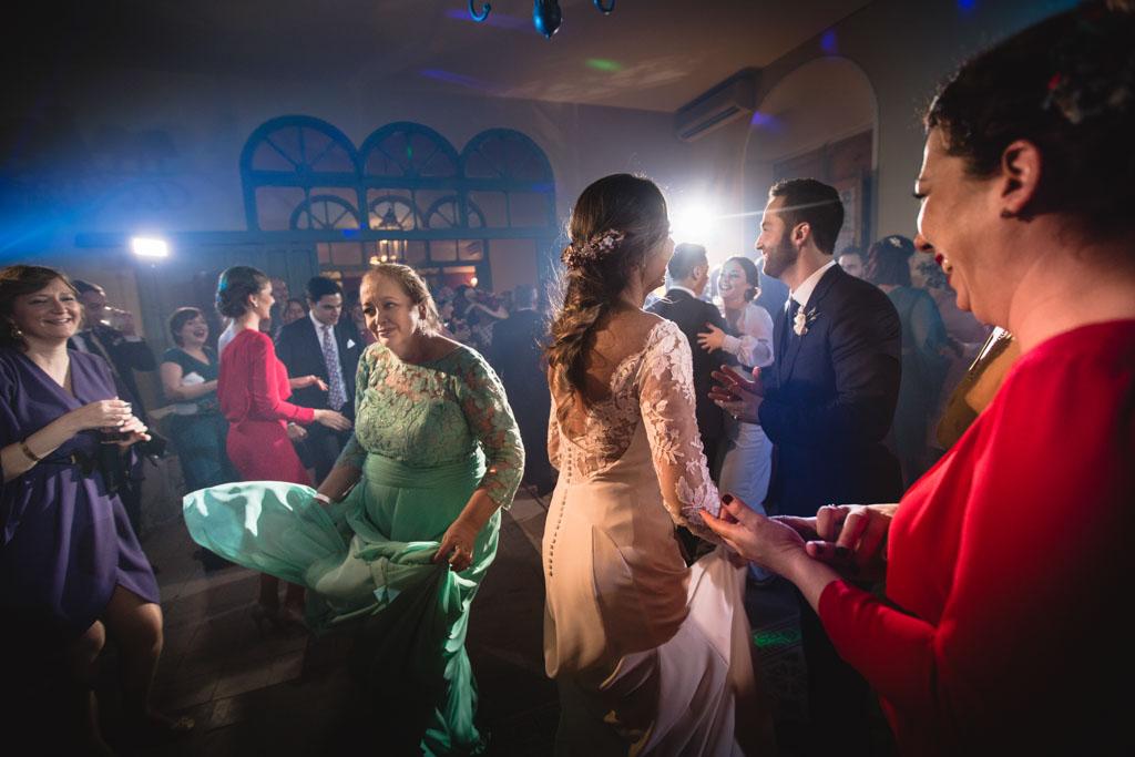 Boda en San Nicolas y El Capricho, baile novios con familia