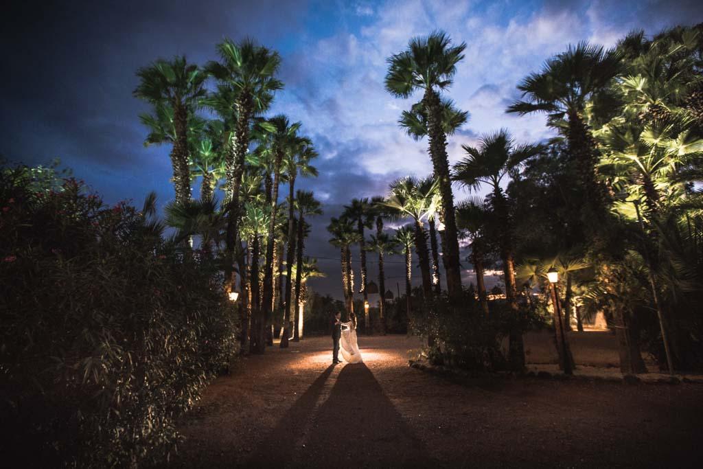 Boda en San Nicolas y El Capricho, en los jardines