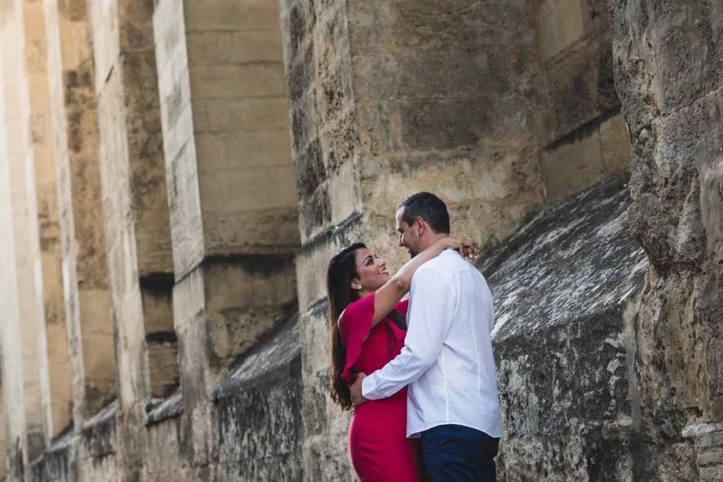 Sesión de compromiso en Córdoba, paseo por sus calles