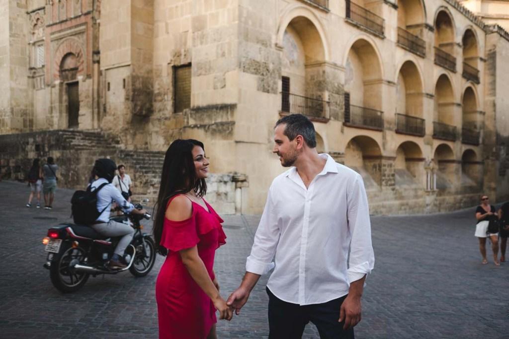 Sesión de compromiso en Córdoba, paseo junto a la mezquita y puente