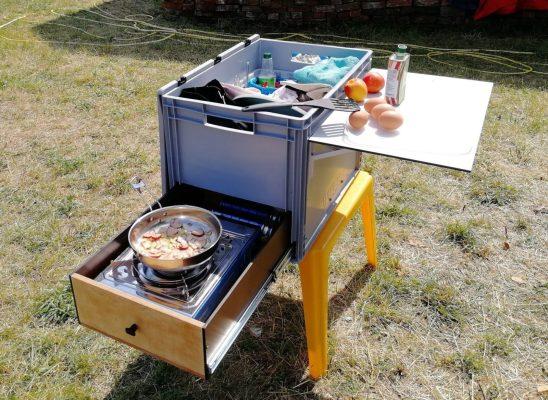 Die Küchenbox außerhalb vom Auto