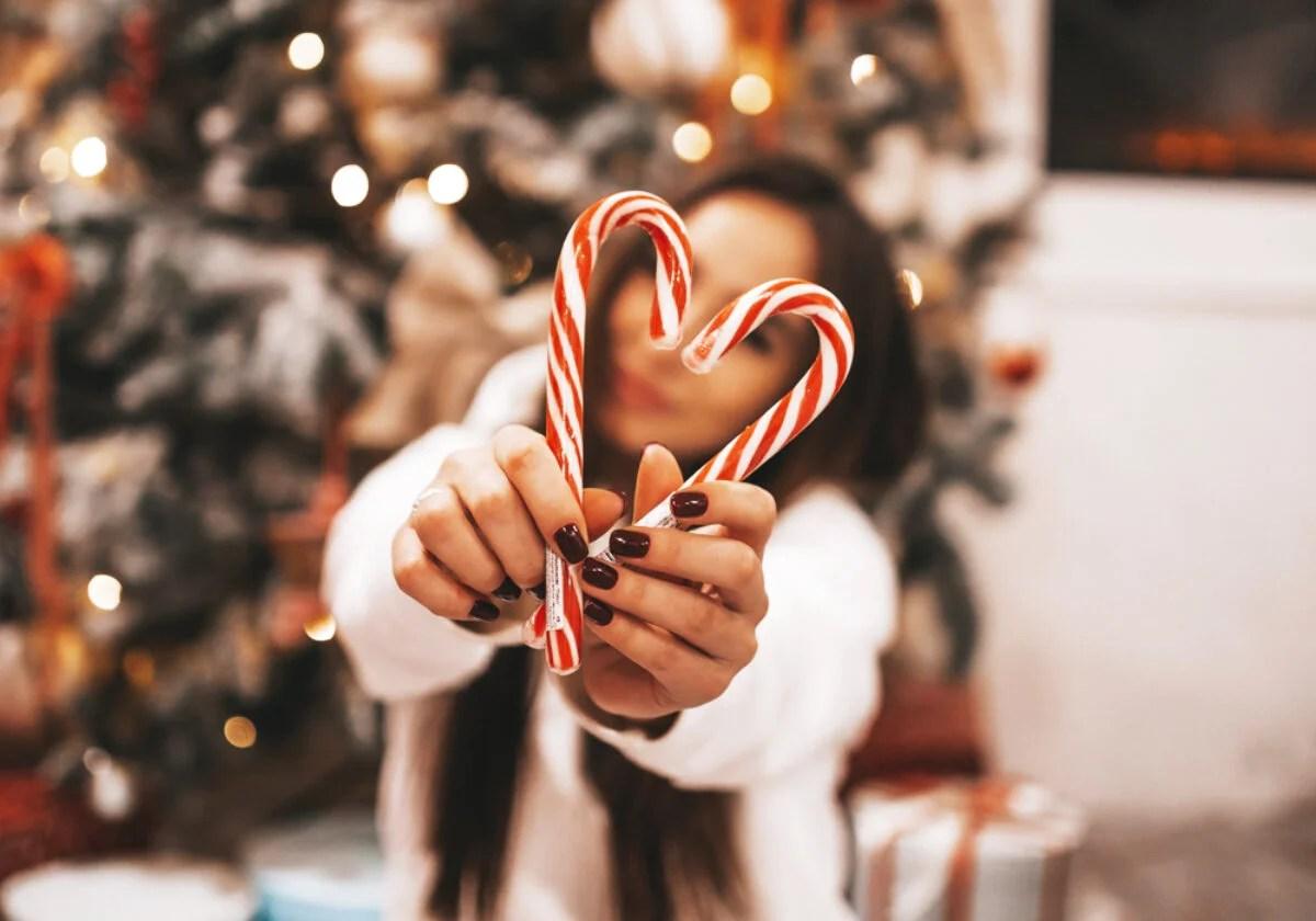 Troverai tante immagini simpatiche, divertenti, immagini di babbo natale, immagini di animali con addobbi natalizi, simpatici e divertenti pupazzi di neve, oppure immagini con alberi di natale decorati ed addobbati. Auguri Di Natale Amore Mio Le 50 Frasi Di Auguri Piu Dolci E Romantiche Con Immagini