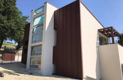 Rivestimento e copertura di edificio pubblico con pannelli metallici