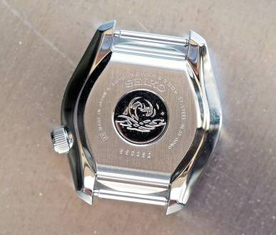 The trademark tsunami motif finds its way on the monobloc case of the Seiko MM300