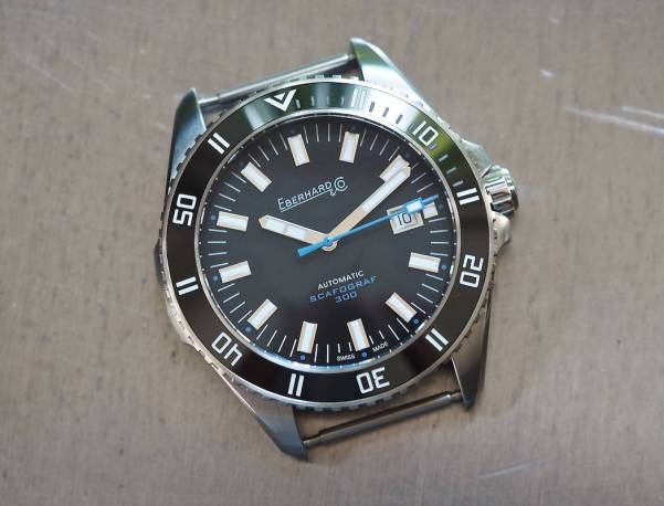 The blue on the dial of the Scafograf 300 is restrained yet adds some nice contrast