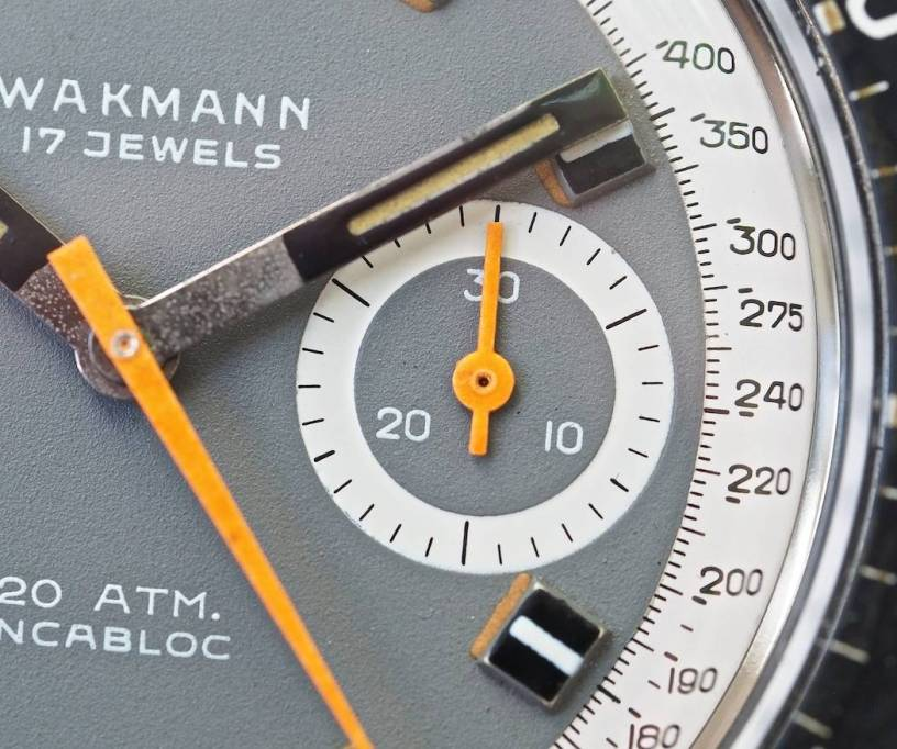 In this macro if the Wakmann Big Boy dial, you can clearly see how the grey is painted onto the dial