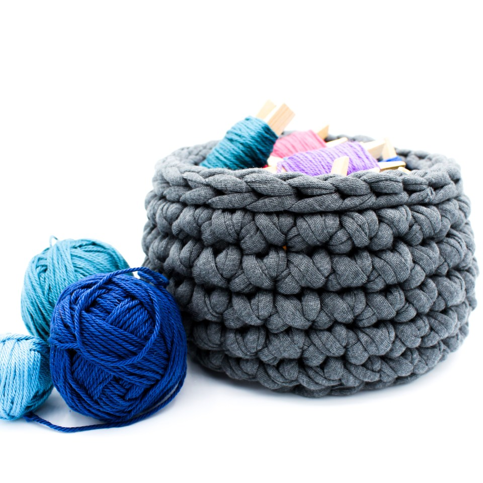 Körbe aus Textilgarn häkeln für Anfänger, die Häkeln lernen.  Kostenlose Anleitung für gehäkelte Textilkörbe von Frau Line.