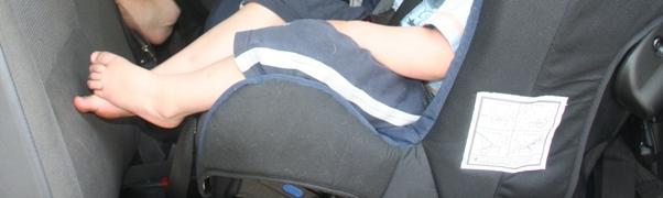 Beine im Reboarder 2jähriger