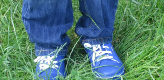 blaue Kinderturnschuhe Wiese