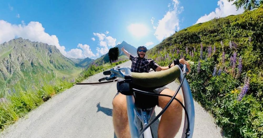 Thomas jubelt im Mountain Cart