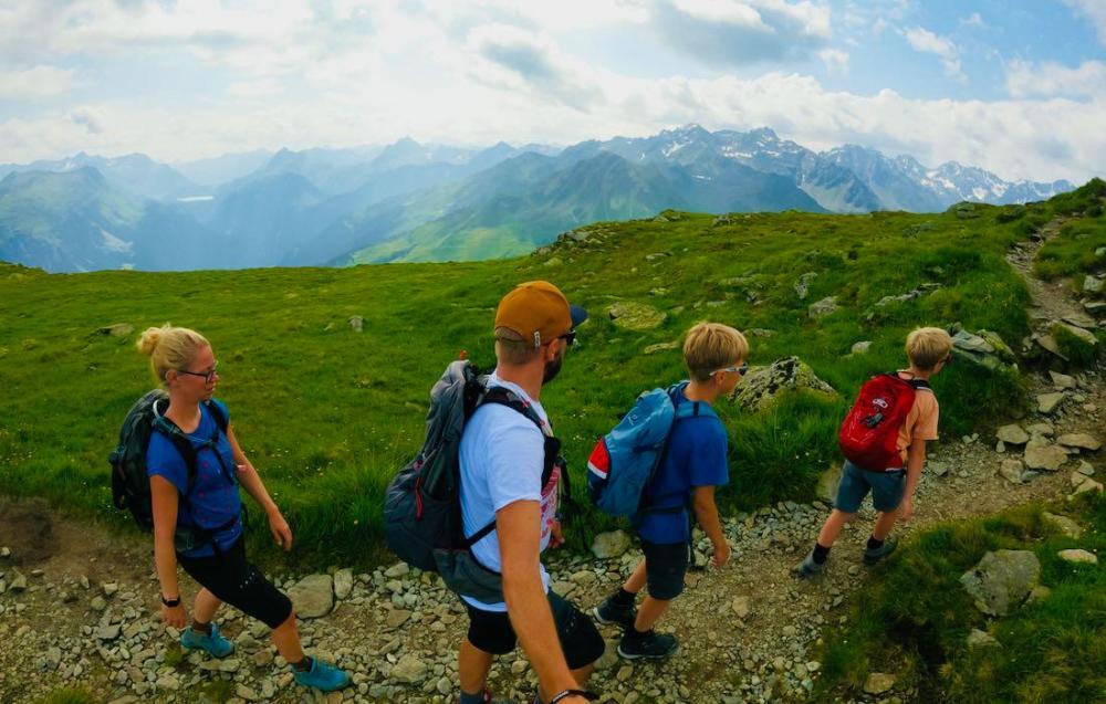 Wandern auf dem Kamm zum Madrisella Gipfel