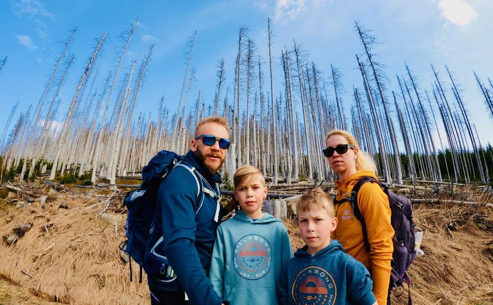 Wir vor dem kahlen Wald am Brocken