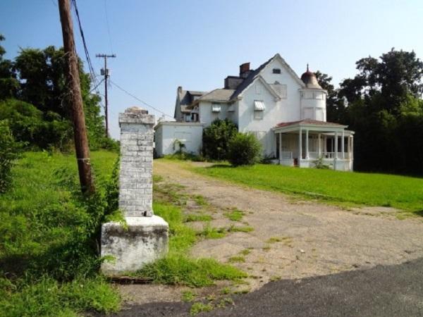 barton-mansion-daytime