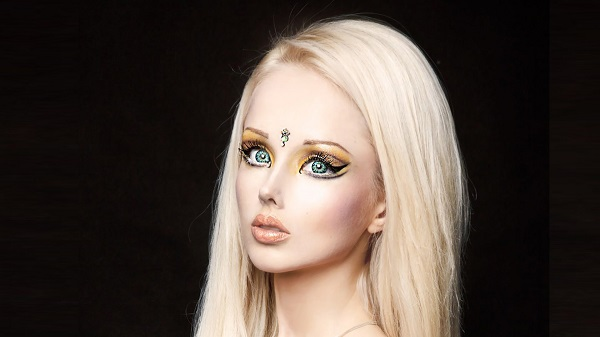 valeria-lukyanova-black-background