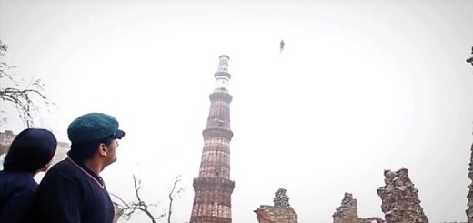 Flying humanoid seen over Qutub Minar in Delhi