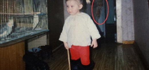 Journalist Spots Ghostly Girl In Her Old Childhood Photo