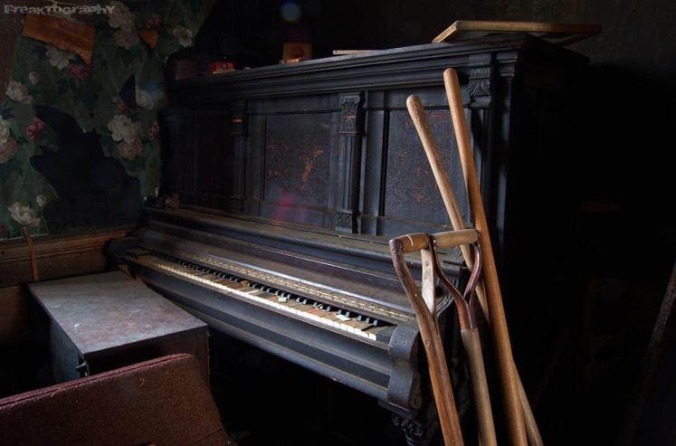 abandoned house piano