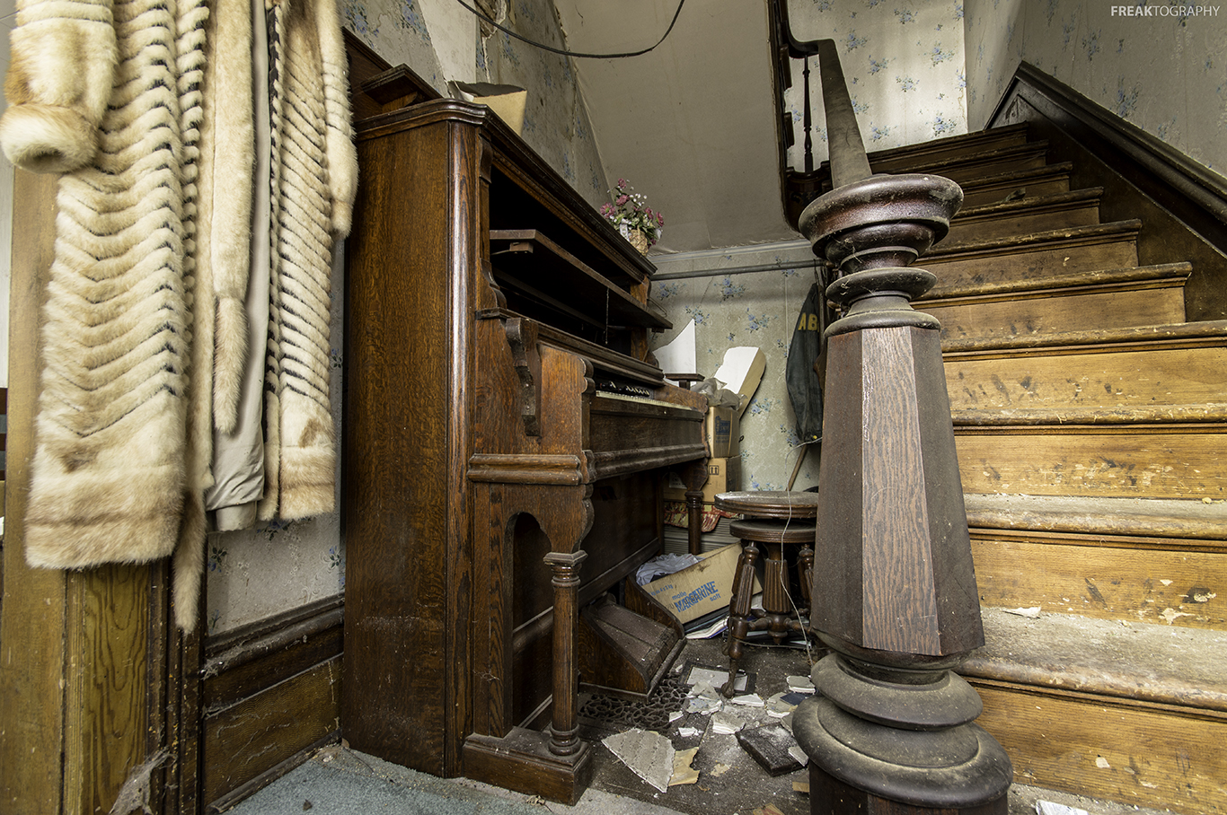 Abanoned House Stairs and Piano | Freaktography