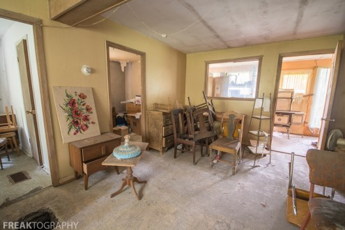 Living room in the perfectly preserved abandoned time capsule house. Urban Exploring Gallery of a Perfectly Preserved Abandoned Time Capsule House in Ontario, Canada by Freaktography. Canadian Urban Exploration Photographer