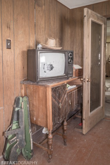 Urban Exploring Gallery of a Perfectly Preserved Abandoned Time Capsule House in Ontario, Canada by Freaktography. Canadian Urban Exploration Photographer