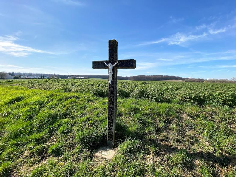 Schwarzes Kreuz an der K40 - das Betonkreuz ist mit schwarzen Mosaiksteinchen besetzt und hat die Bedeutung eines Pestkreuzes