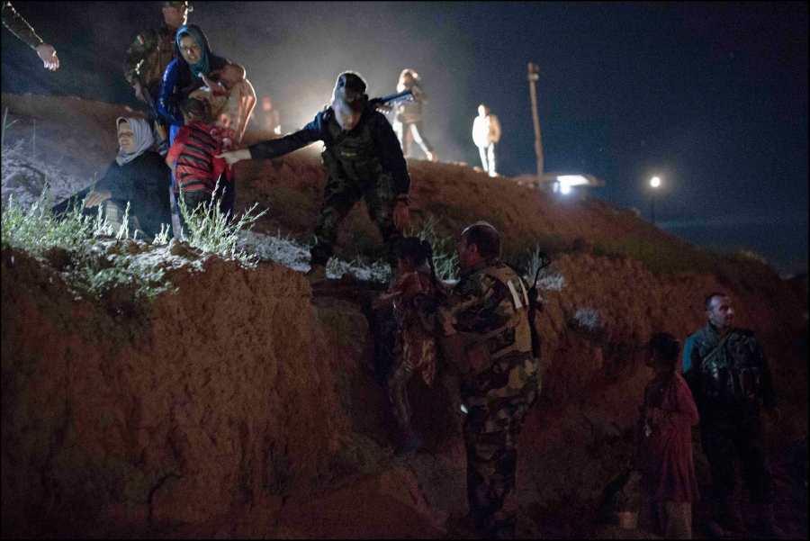 """Kurdistan Irakien, Dougrkhan, au sein de la position tenue par les forces peshmerga, défendant la ligne du front de Mossoul contre Daech, les hommes du Colonet Adham """"Banani"""" assurent la sécurisation et l'accueil des population civiles sunnites qui fuient la région contrôlée par les islamistes pour venir se réfugier dans le Kurdistan Irakien."""