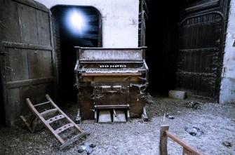 The pigeon church orgel en ingang