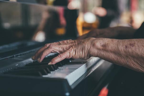 Händer spelar piano