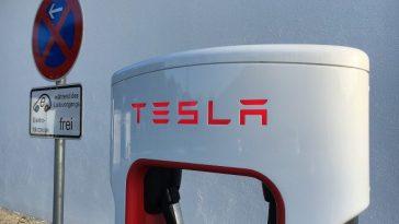 Pour Tesla, il y avait bien quelqu'un au volant de la voiture qui s'est crashée au Texas
