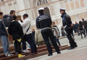 """Gli agenti di polizia sul """"ritmo"""" in Piazza Maggiore"""