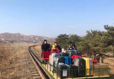 I diplomatici russi usano un carrello tirato a mano per attraversare il confine con la Corea del Nord    Notizie sulla pandemia di coronavirus