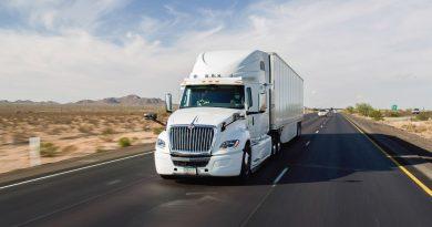 I camion superano le auto sulla strada dell'autonomia