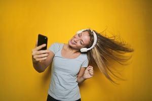 girl with headphone